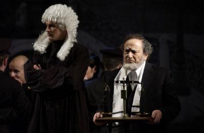 """Shakespeare: A velencei kalmár, a belgrádi Jugoszláv Drámai Szinház vendégjátéka a budapesti Új Színházban, 2011.március 21. Antonio: """"Nem is tudom, mért vagyok szomorú"""". A képen a tavaly elhunyt népszerű szerb színész, Predrag Ejdus Shylock szerepében"""