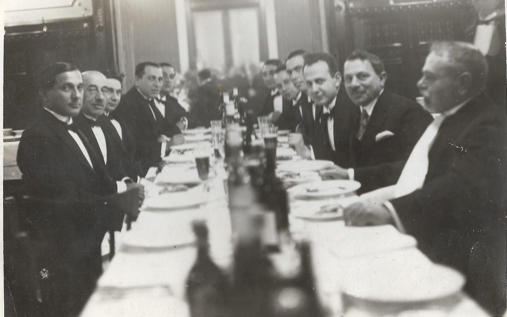"""Dr. Simon Béla kupaköszöntő, 1937. A jobb oldalon, a harmadik dr. Kőszeg Ferenc, """"fizetés nélküli gyakornok"""" Simon főorvos osztályán"""