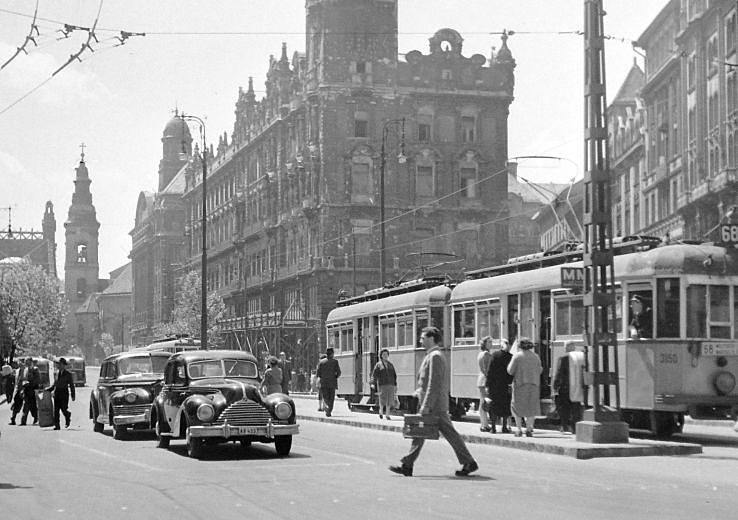 A téren 1972-ig villamos járt