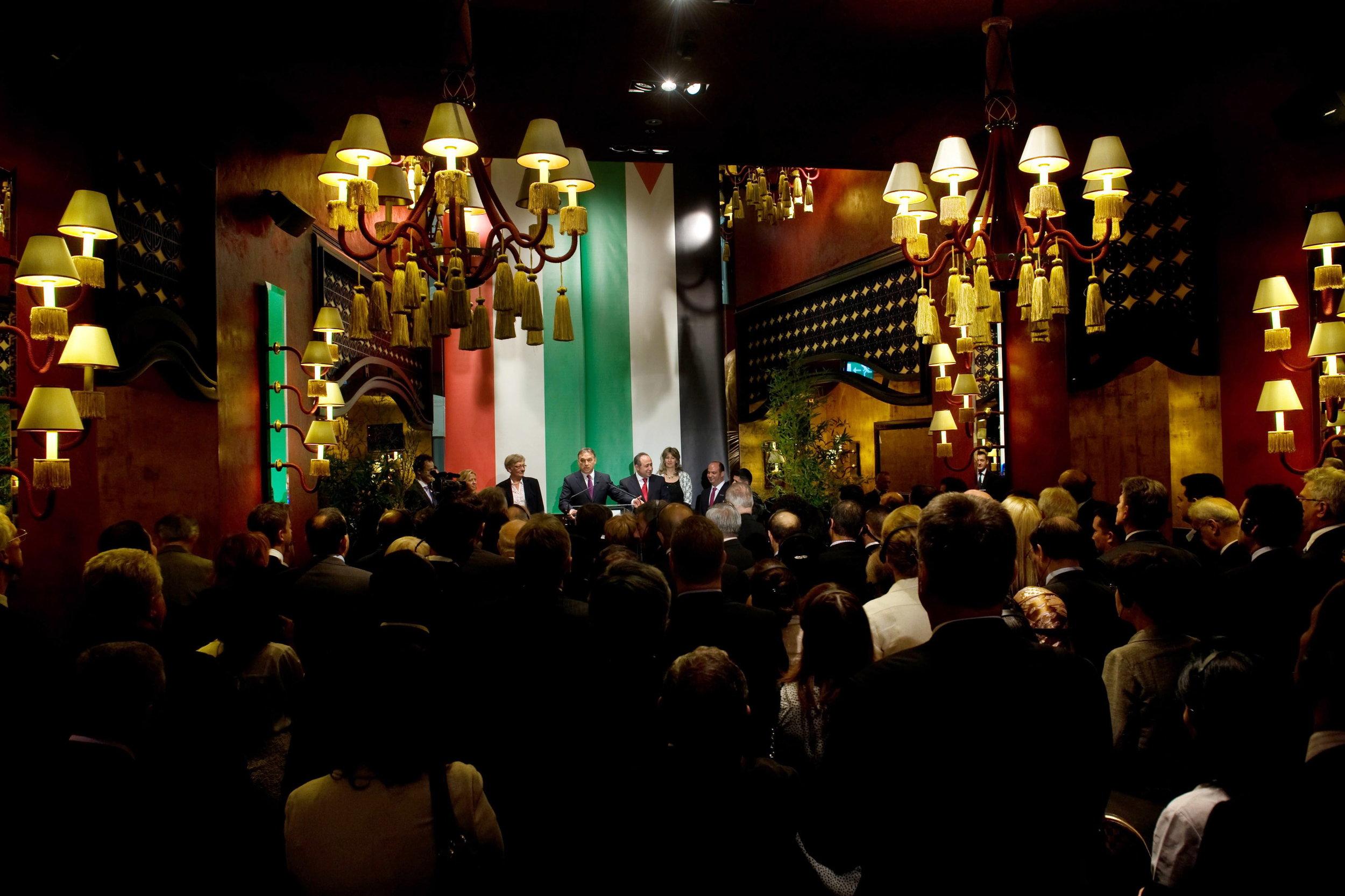 Orbán Viktor megnyitja a Buddha-Bar Hotelt. Együtt a magyar és a jordániai zászló  (Turizmus. Online, 2012. június 14.)