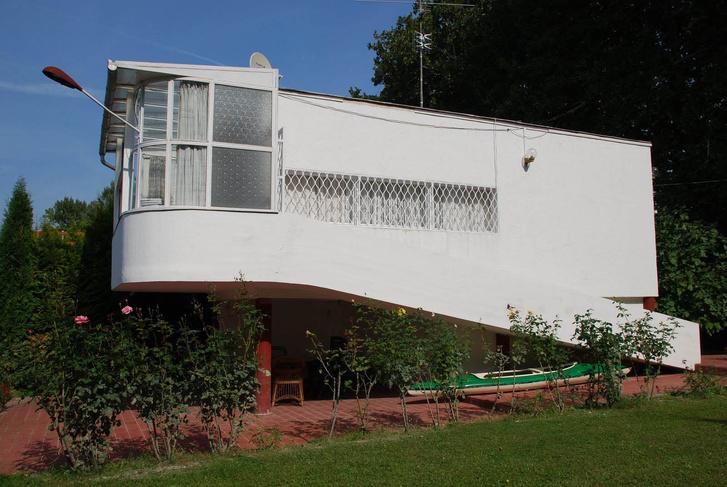 Lábakon álló ház a Lupa-szigeten: valamikor ez volt a Soros-család nyaralója