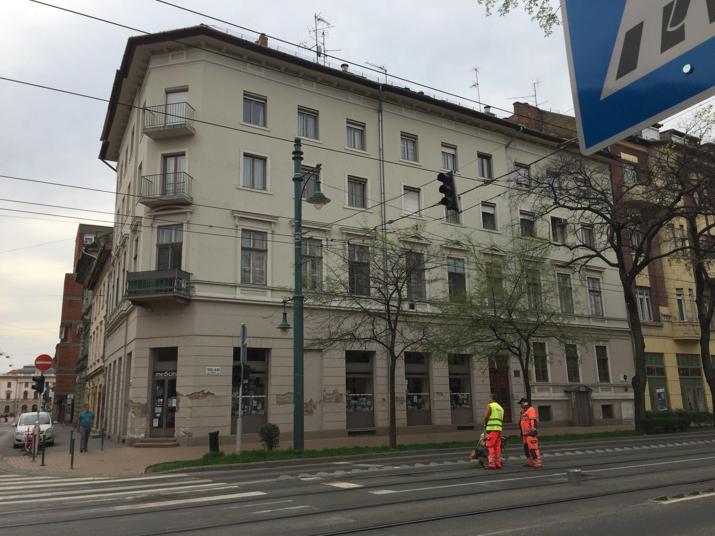 A nagyszüleim háza Szegeden, a Tisza Lajos (később Lenin) körút és a Kígyó utca sarkán. A második és harmadik emeletet az államosítás után építették rá