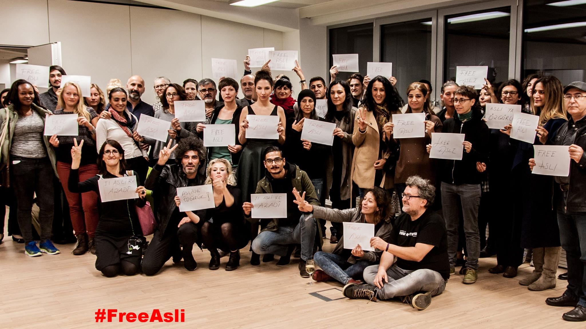 Protest-Lesung gegen die Inhaftierung von Oppositionellen in der Türkei