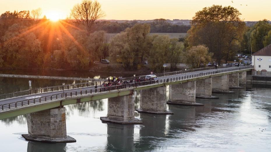 Interkulturelles Festival an der Grenze zwischen Österreich und Deutschland;  Foto: Alte innbrücke Schärding; Performance auf der Brücke