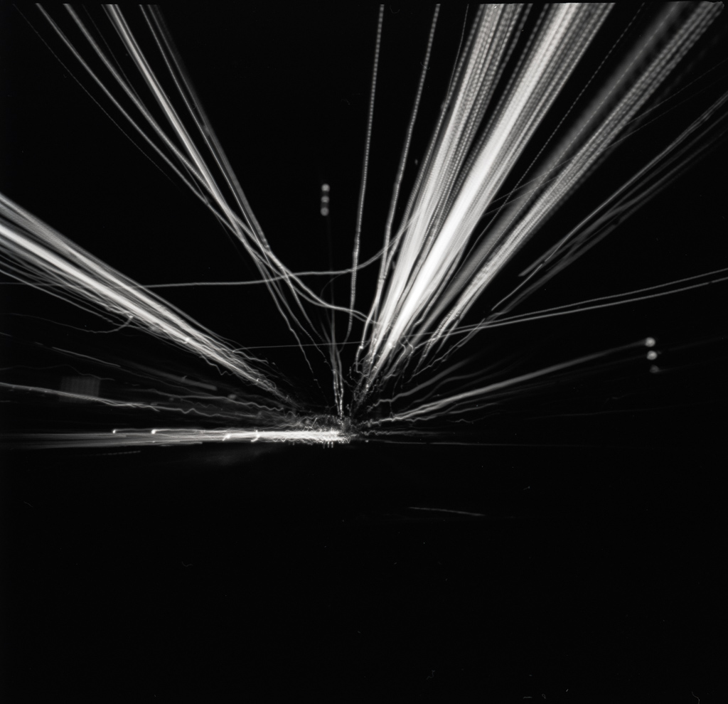 nachtfahrt - lochkamera auf dem armaturenbrett