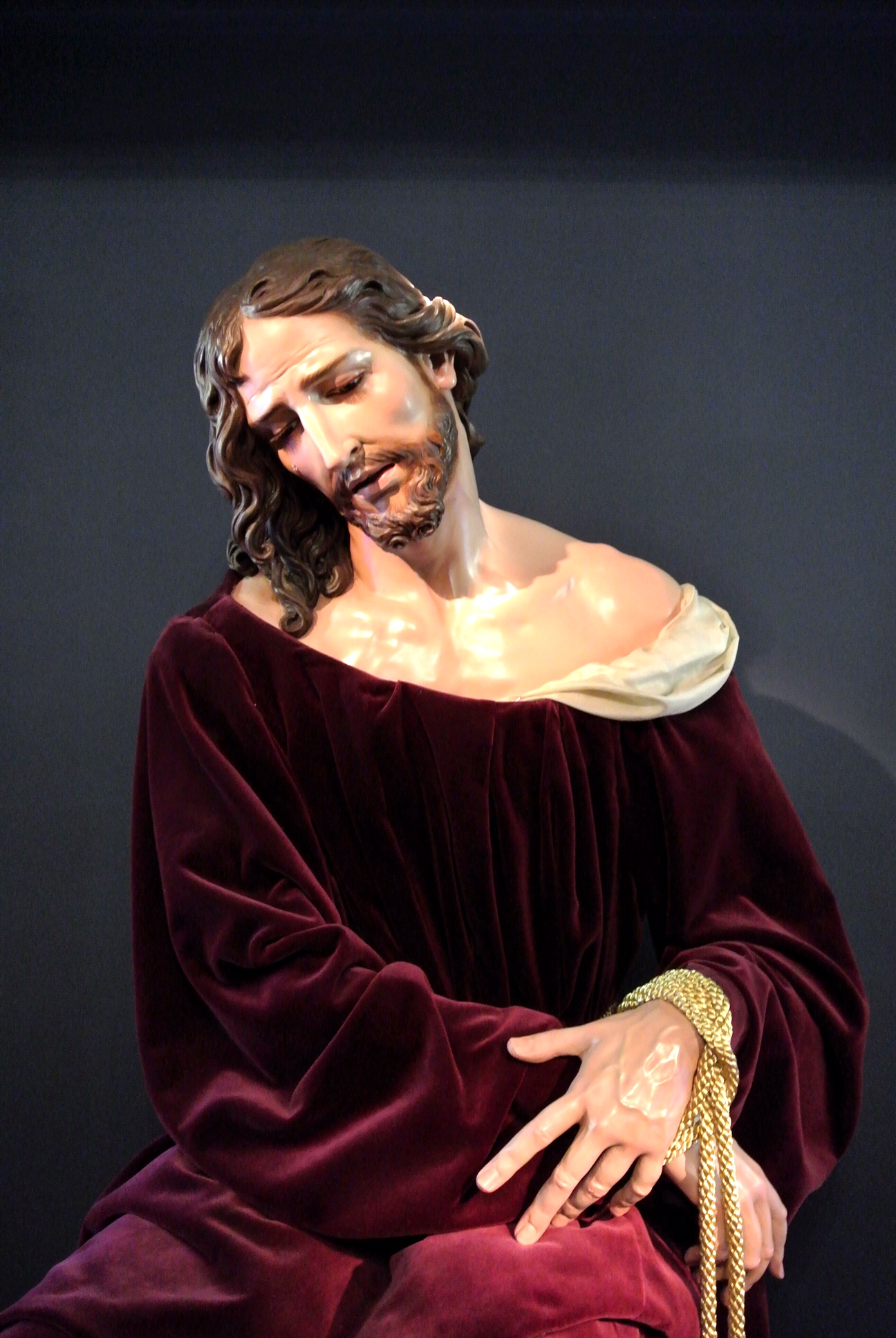 Jesús Cautivo  ( Bound Jesus ), a life-size (and amazingly lifelike) seated Christ with wrists wrapped in real gold-colored rope.