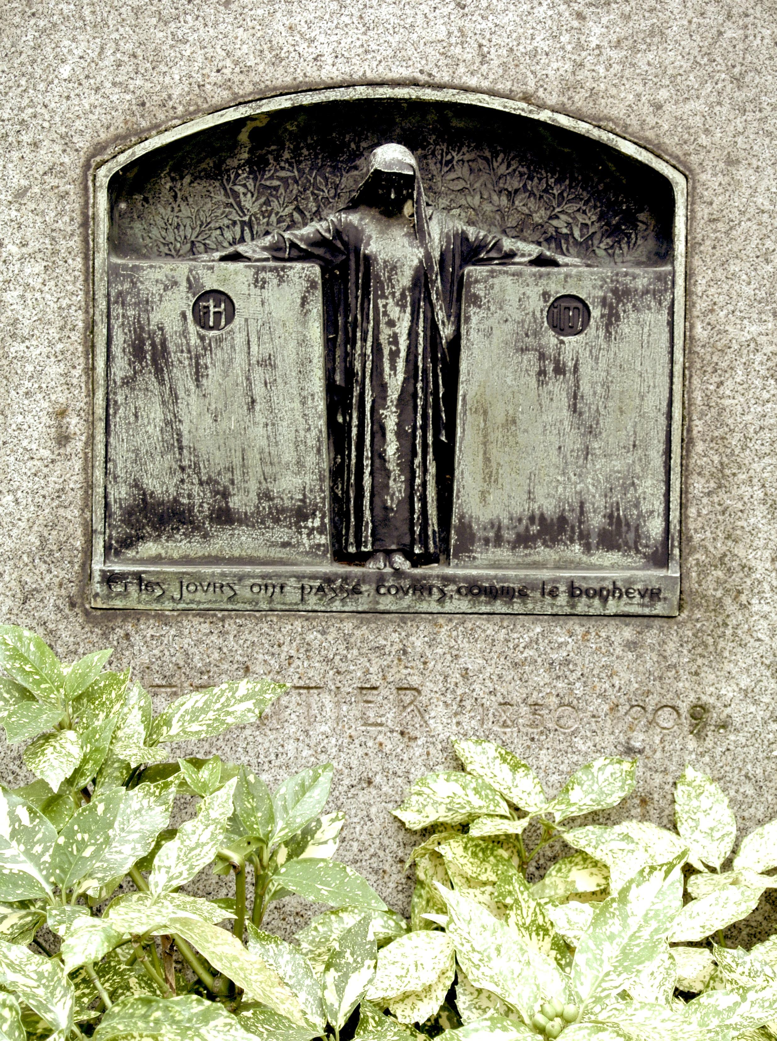gravedetail.JPG