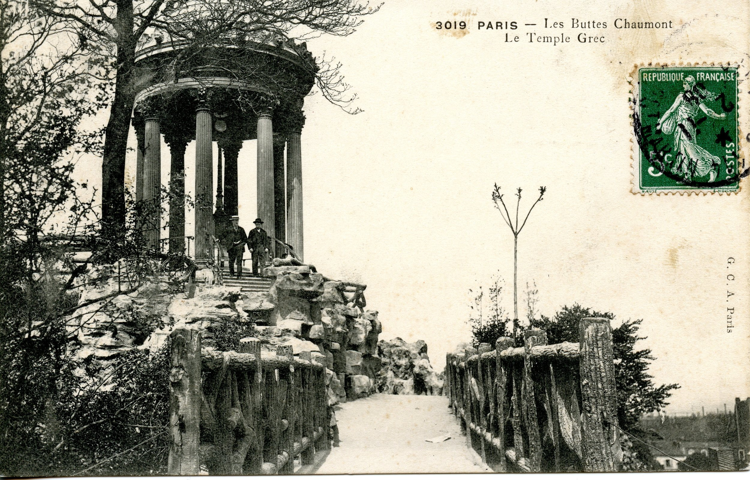 A historic postcard of the Temple of Sybille, the folly in Buttes Chaumont
