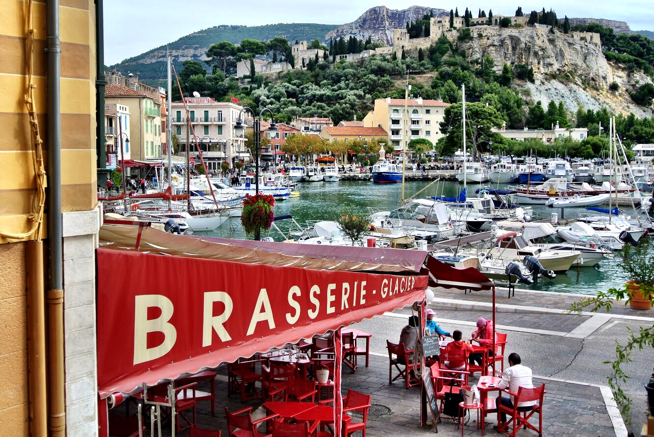 Food, drink and shopping in a pretty Provençal port town