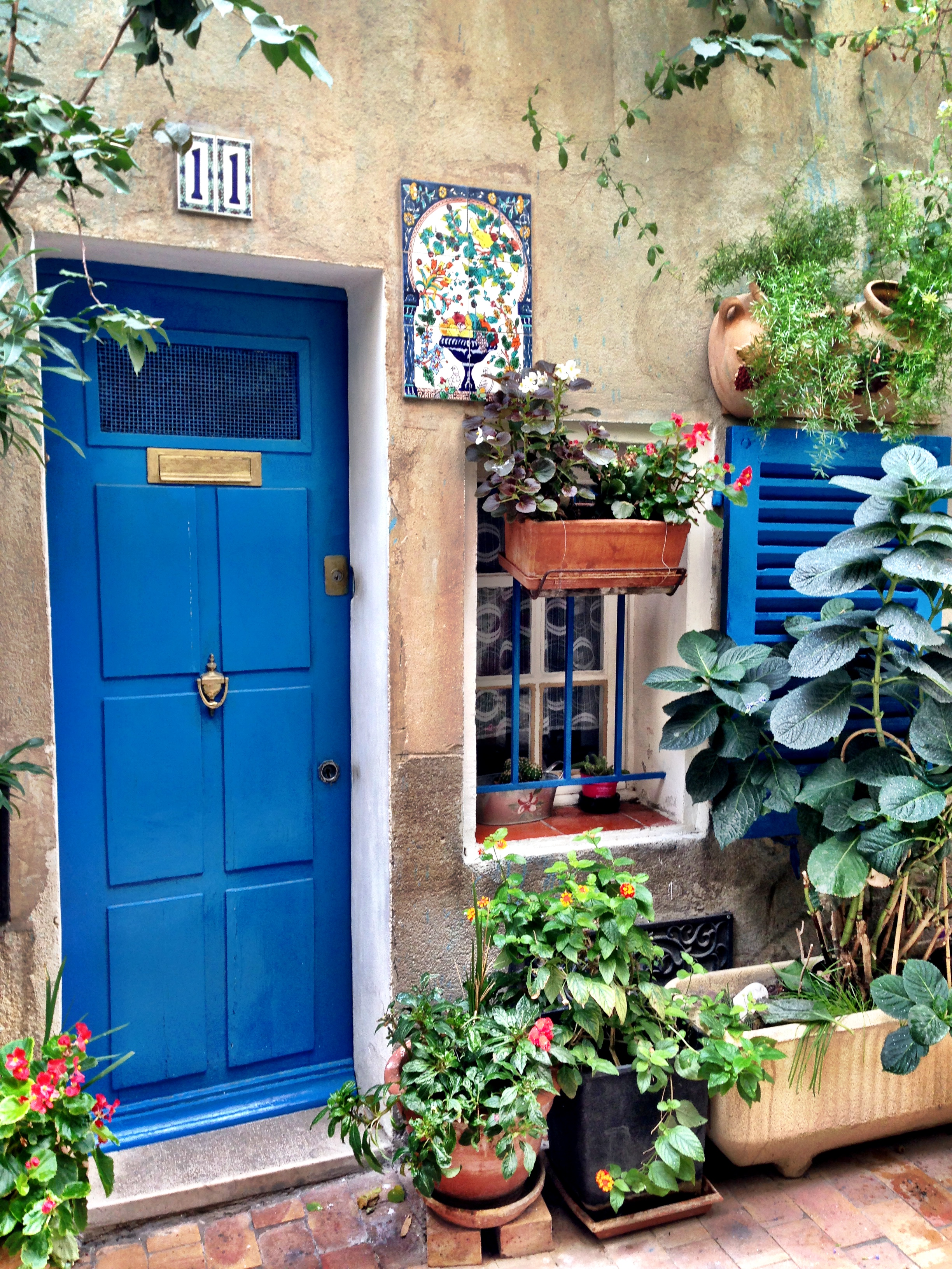 Wally's mère became obsessed with this blue door — it represented everything she loves about Provence