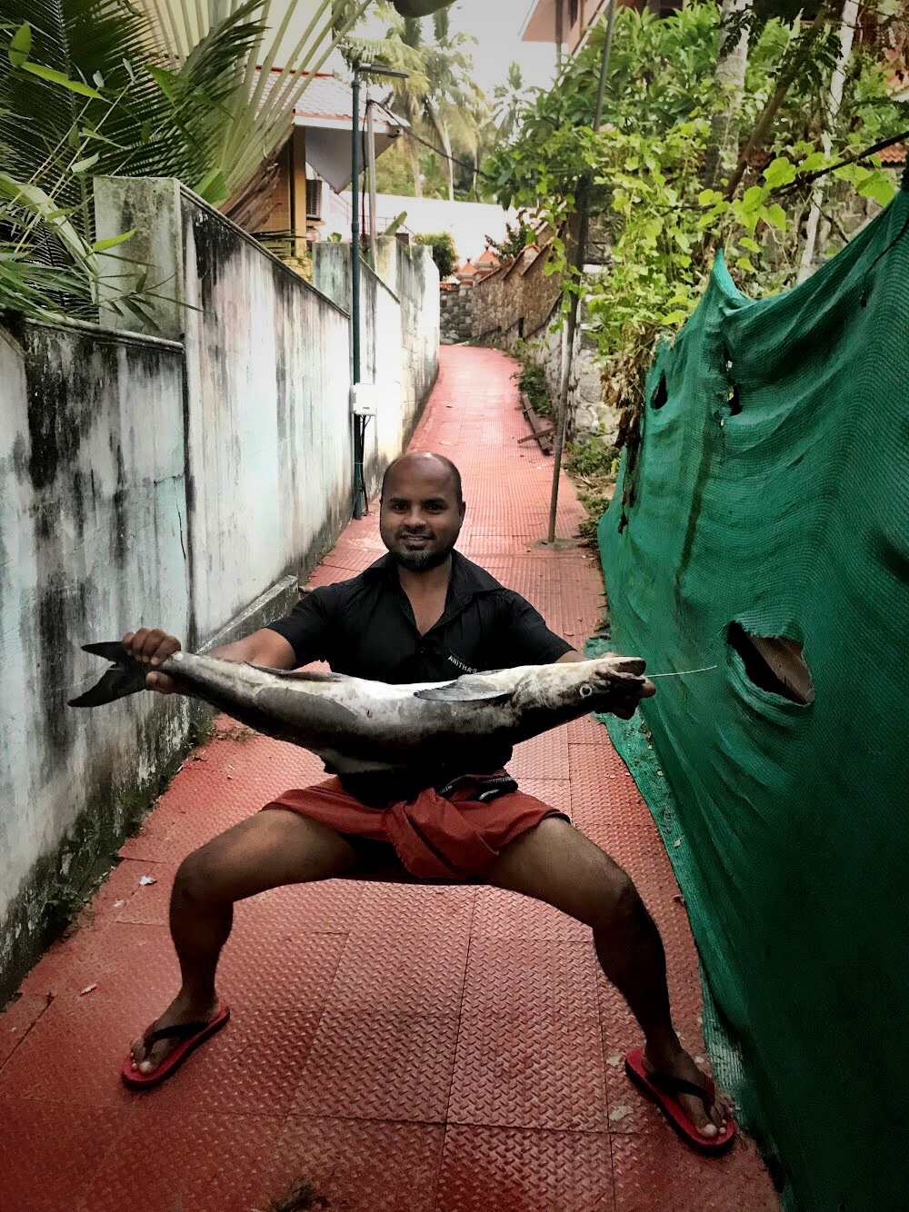 A strange encounter in the walled labyrinthine sidewalks in Kovalam