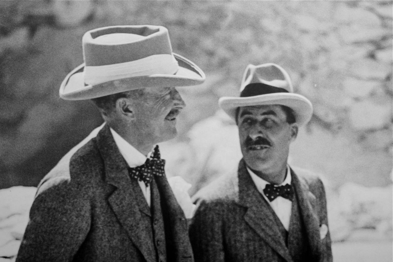 Carter (right) must have been dying of impatience while he awaited the arrival of Lord Carnarvon to begin excavating the tomb he found!