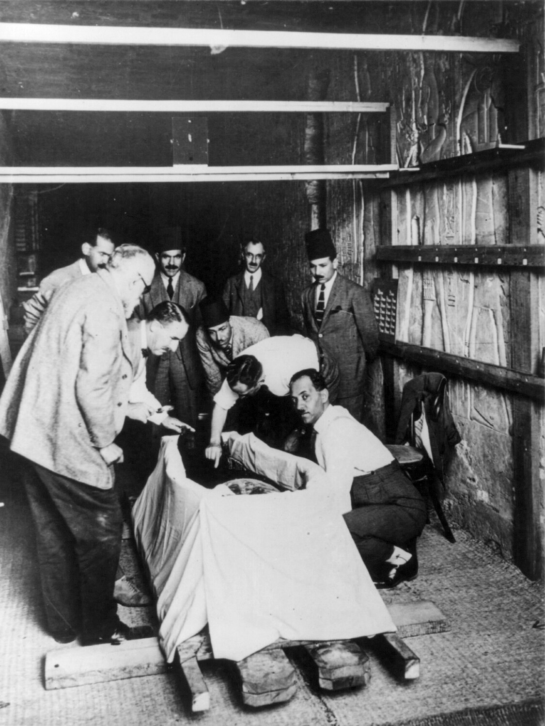 Carter, who discovered Tut's tomb, unveils the mummy in 1925