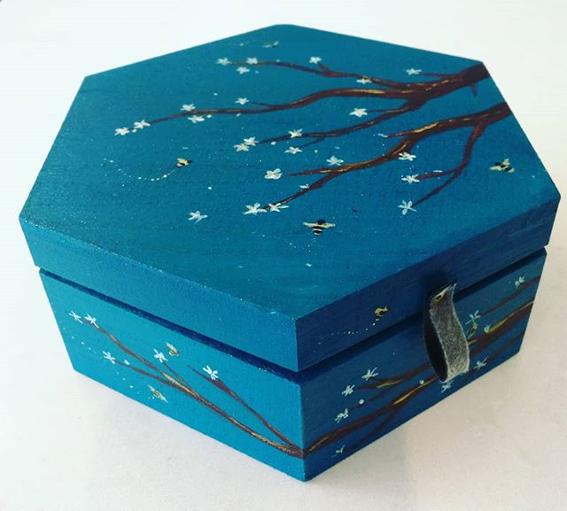 I created 8 trinket boxes for one of our stores and this teal and golden bee box is probably my favourite (or at least the one I wanted to keep the most! ) It's been a fun project and I'll post the others too. I'll definitely keep creating new ones. I've enjoyed watching some ideas work and others fail dismally and have to start again. What works on flat paper doesn't always work on a 3D shape.. so I found out! 😂😂😂
