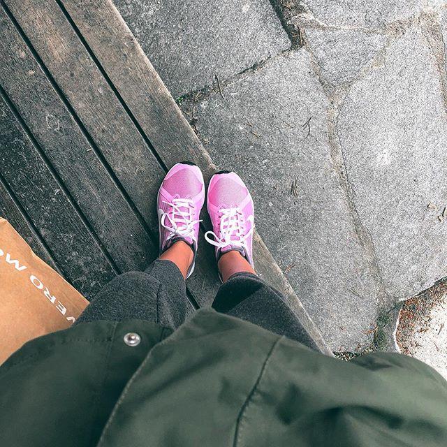 I dag har jeg kjøpt nye joggesko (de gamle var helt ødelagt av søle), regnjakke og ullgenser! Sommeren sin det 🤪 Men klar for camping i morgen, endelig 😉
