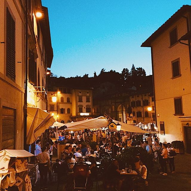 .. I call it 'Anghiari by night' #creative  Anghiari was actually voted one of the top 20 most beautiful villages in Italy, so if it's hilltop charm you're after 💁‍♀️