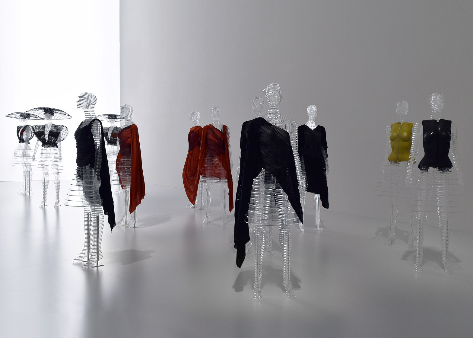 transparent-body-installation-tokujin-yoshioka-issey-miyake-exhibition-tokyp-japan_dezeen_1568_8.jpg