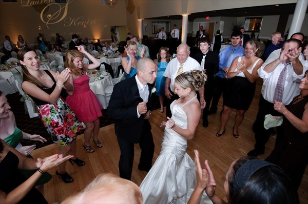 Guests Dancing at Reception | MIC King Music & Events
