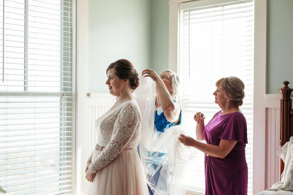 Bride Putting On Veil | Rian Fuller Photography