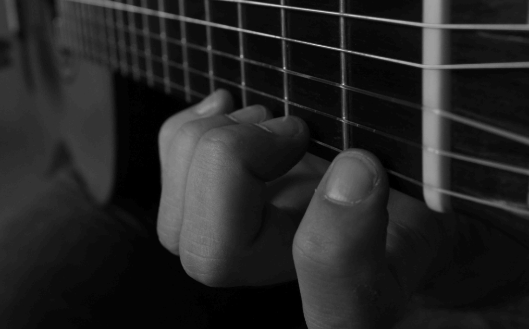 Ejemplo 1: Posición tradicional o paralela a la guitarra
