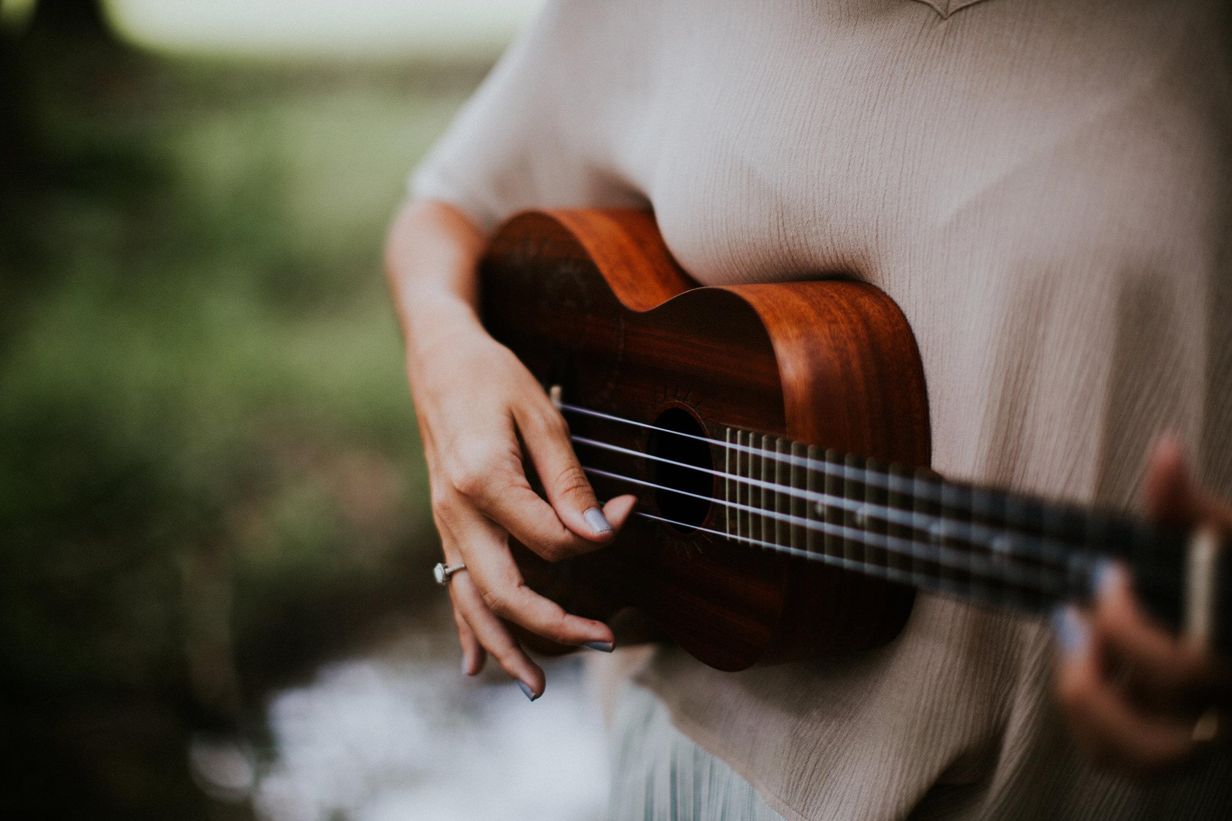 Clases de Ukelele - · ¿Quieres aprender a tocar el ukelele?· Cada vez son más las personas que quieren pasarlo bien y aprender este precioso instrumento, recomendado para todas las edades.· Clases en grupos reducidos (máximo 5 personas) por sólo 48 euros al mes, 1 hora a la semana.· También contarás con acceso Gratuito a los Cursos Online.