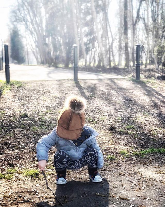 { w e e k e n d } Weekends are for exploraging! We made up this word years ago and it's more apt than ever. Never stop being a curious explorager, little one! . . . . . #whpweekend #letthembelittle #mytinymoments #childhoodunplugged #candidchildhood #magicofchildhood #littlefierceones #treasuringlittlememories #mom_hub #clickinmoms #enchantedchildhood #joyfulmamas #littlethingsinlife #littlepiecesofchildhood #runwildmychild #raiseawildchild #fullheartmamas #awanderfulchildhood #thepursuitofjoyproject #kids_of_our_world #pocketsweetness #letthemplay #motherhoodsimplified #uniteinmotherhood