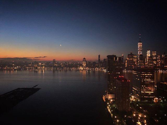 { t w i l i g h t } New York at dawn looking like a dream . . . . . #nyc #thebigapple #prettycitynewyork #picturesofnewyork #what_i_saw_in_nyc #wanderlust #mytinyatlas #darlingescapes #dametraveler #passionpassport #welivetoexplore #athomeintheworld #hello_worldpics