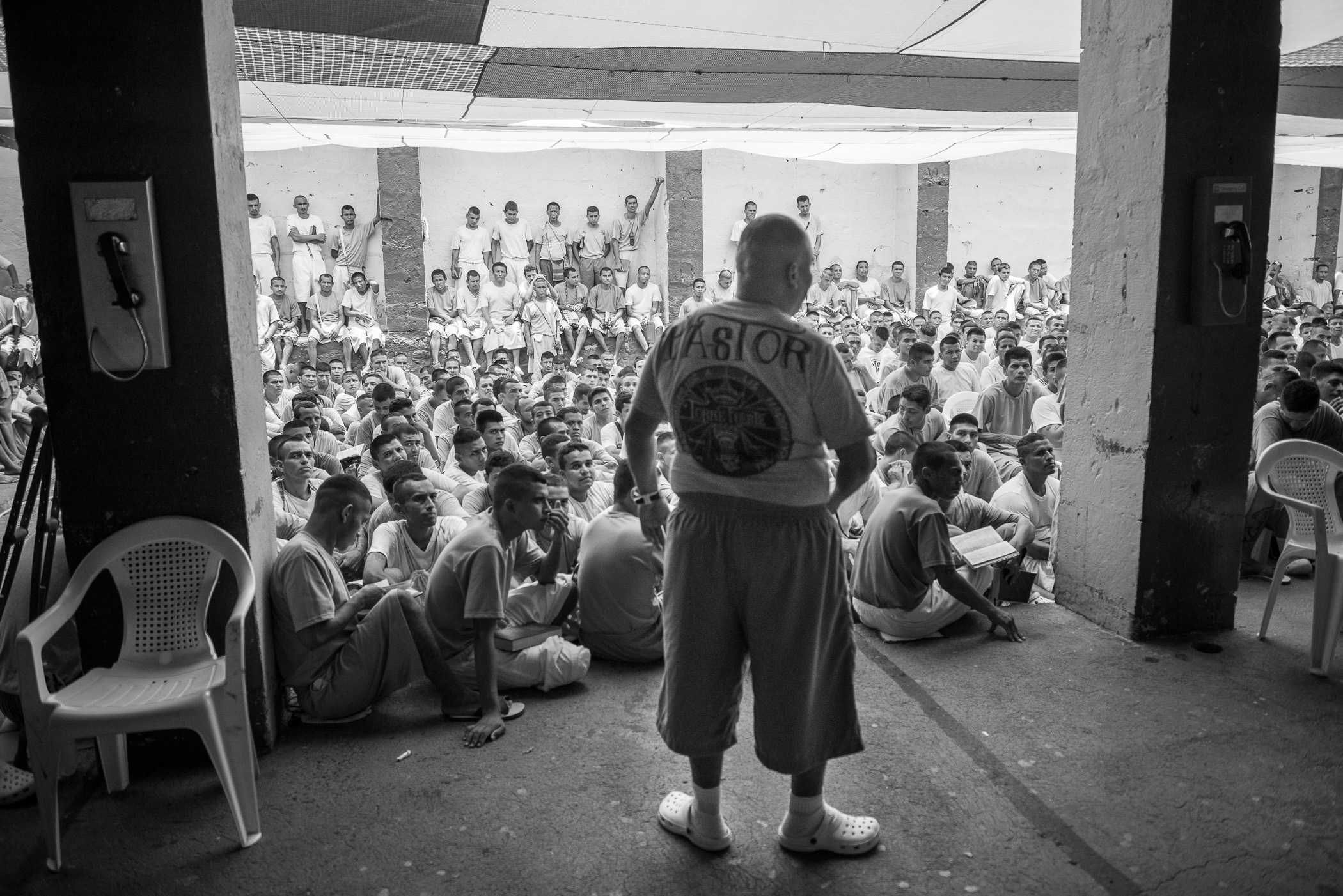 At the time of a worship, Manuel Rivera, pastor of the Strong Tower church looks at the prisoners, while the jail director is giving a speach in front of the 827 prisoners of the 1,2,3 yards of La Gotera's jail. This part of the jail is recently converted to Christianity. According to the jail director Oscar Benavides, 120 gang leaders were converted to Christianity in the last months.