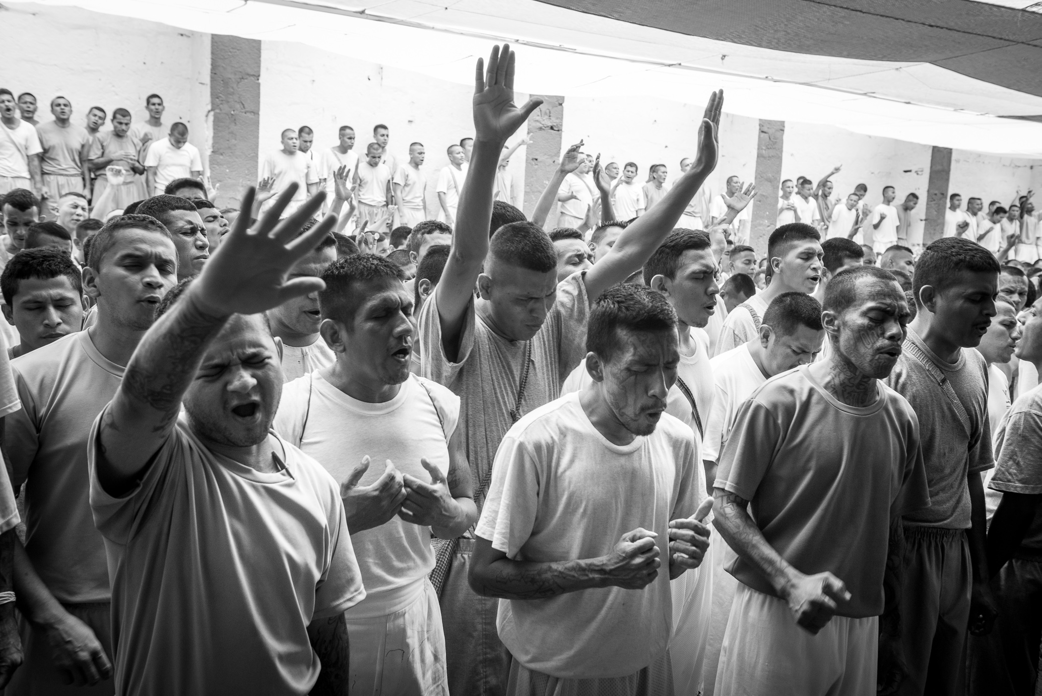 The worship of the Strong Tower church starts at the yards 1, 2 and 3 of La Gotera jail. The inmates are dancing and singing. The Strong Tower church was created few time ago, once the Final Trumpet church evangelized all the yards 4, 5 and 6.