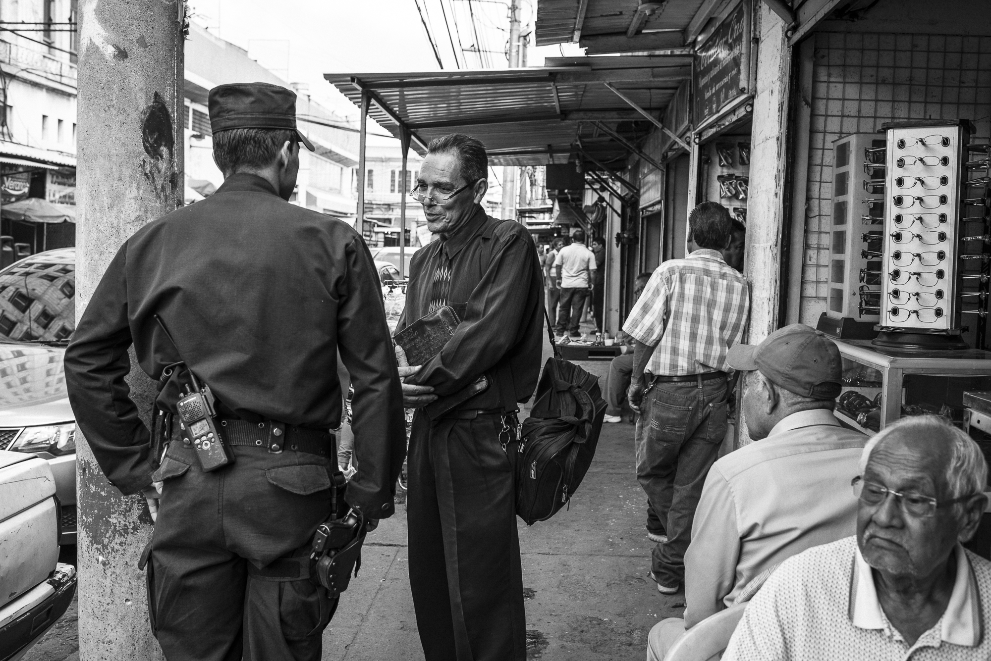 While he is going to the rehabilitation center where he will preach, Edwin meets and greets a policeman he knows in a street of San Salvador center.