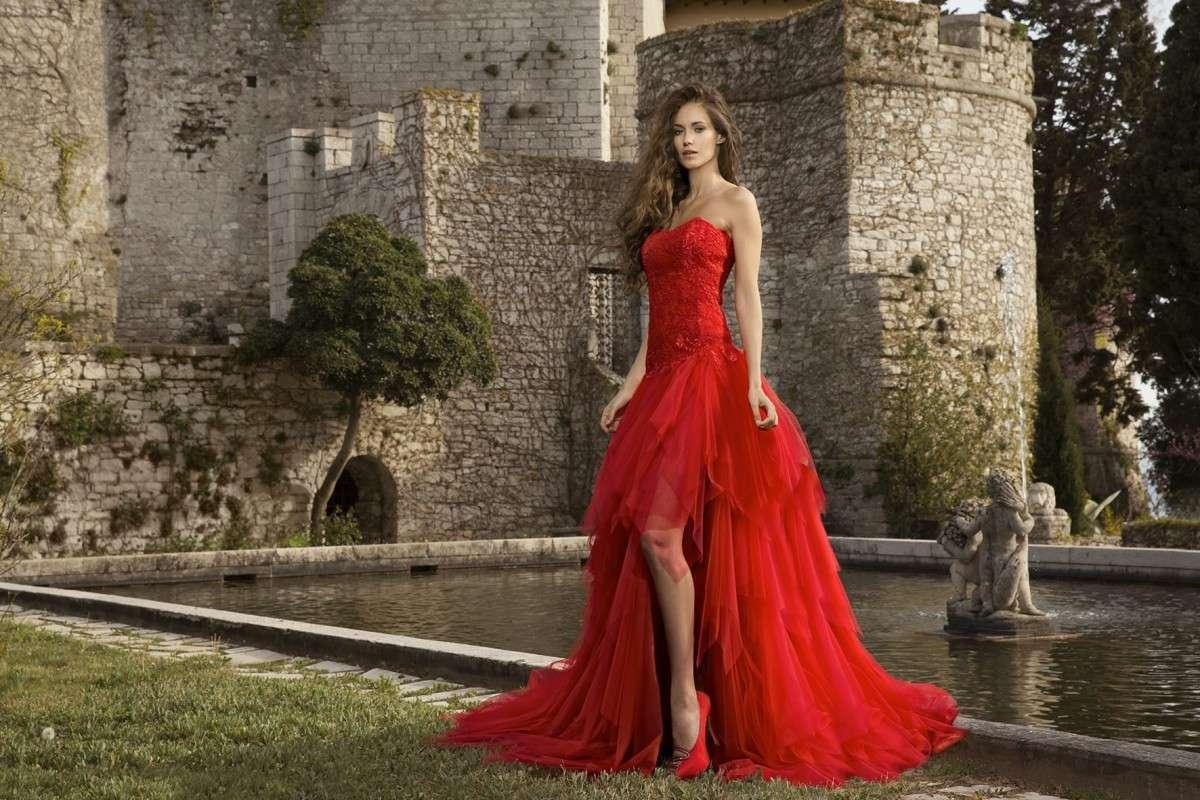 abito-da-sposa-rosso stile medioevale tendenze vestiti da sposa 2018 matrimonio langhe e roero.jpg