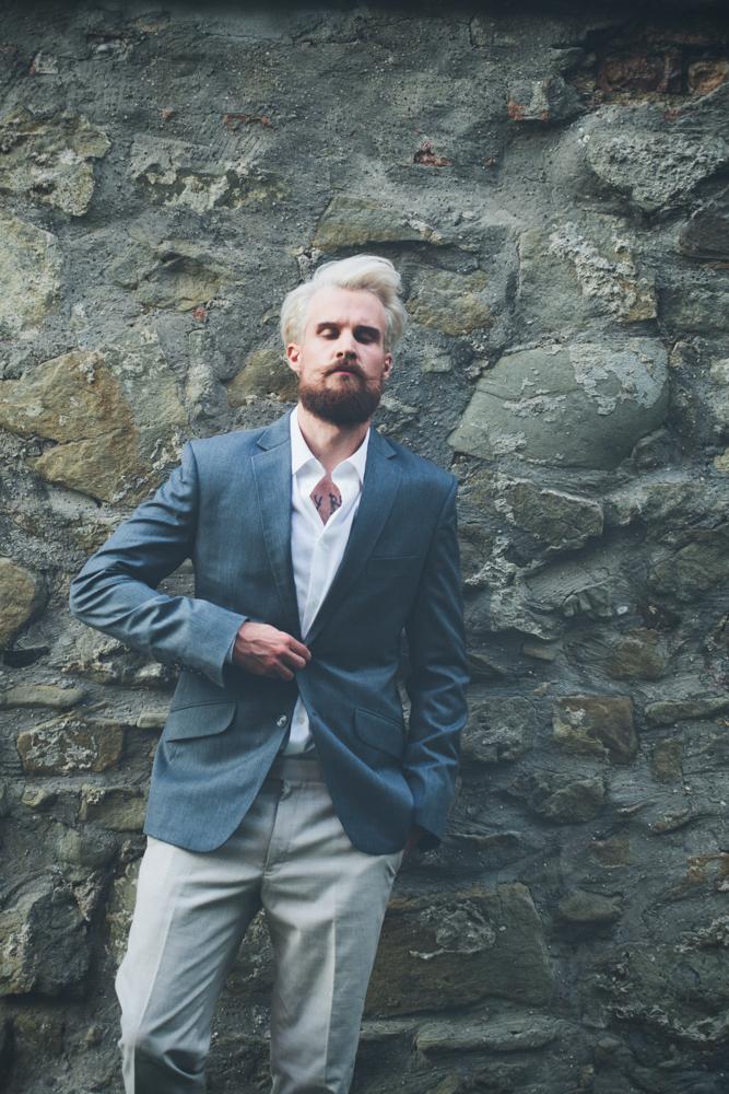 gay hochzeit blau anzug_rotknopf anzug.jpg