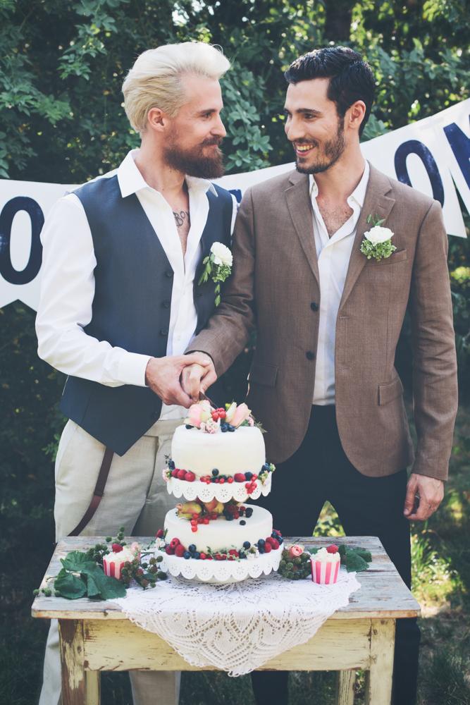 gay hochzeit braun_rotknopf anzug.jpg