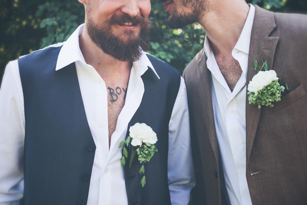 gay hochzeit blau gilet_rotknopf anzug (1).jpg