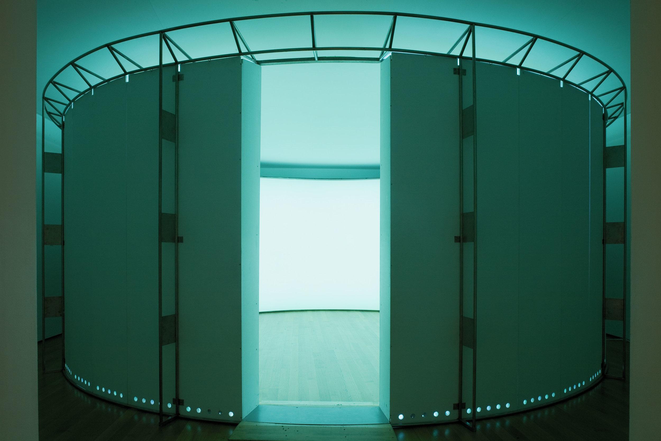 "OLAFUR ELIASSON. ""360° ROOM FOR ALL COLOURS"" (2002). MUSEUM OF MODERN ART, NEW YORK, 2008. PHOTO: CHRISTOPHER BURKE."