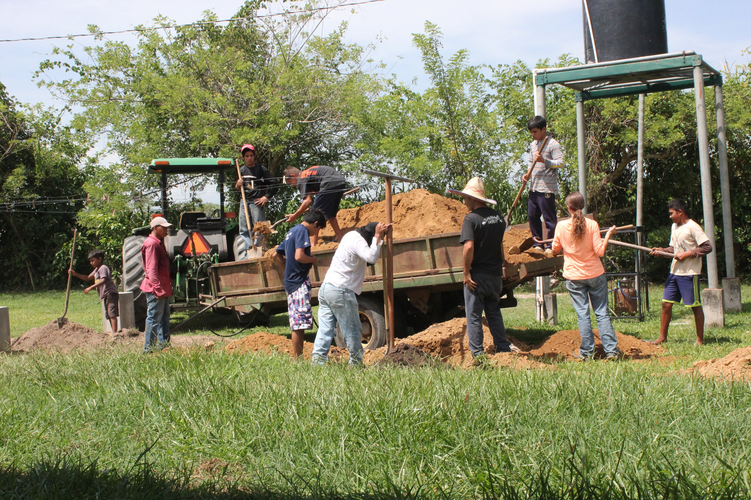 Adán (farthest right) helping in his favorite area of Amigos -- 'agro'!