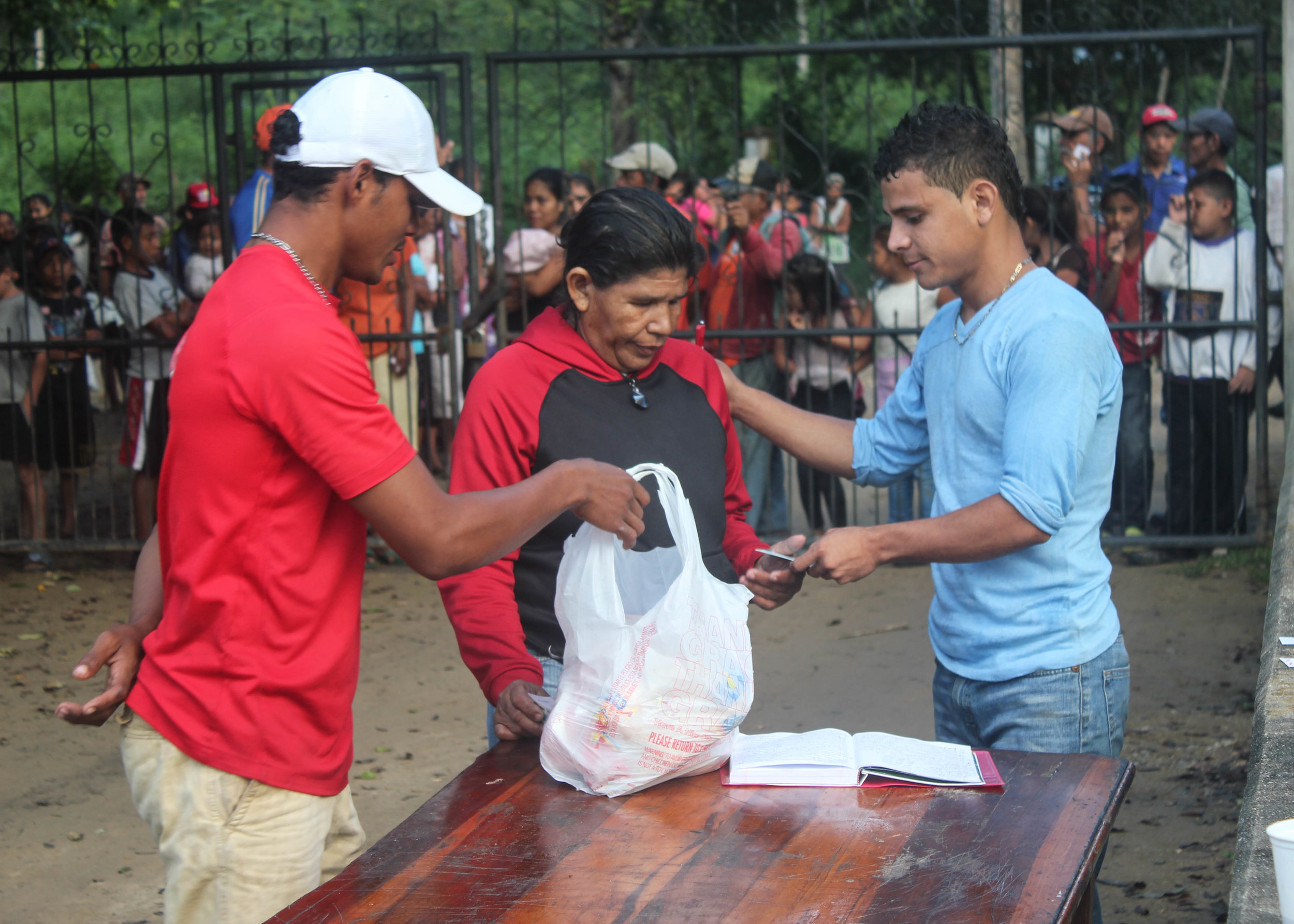 Each year on Christmas Day, the 'jovenes' organize a community service project where they give food to families in the area to ensure that each family enjoys a Christmas dinner.