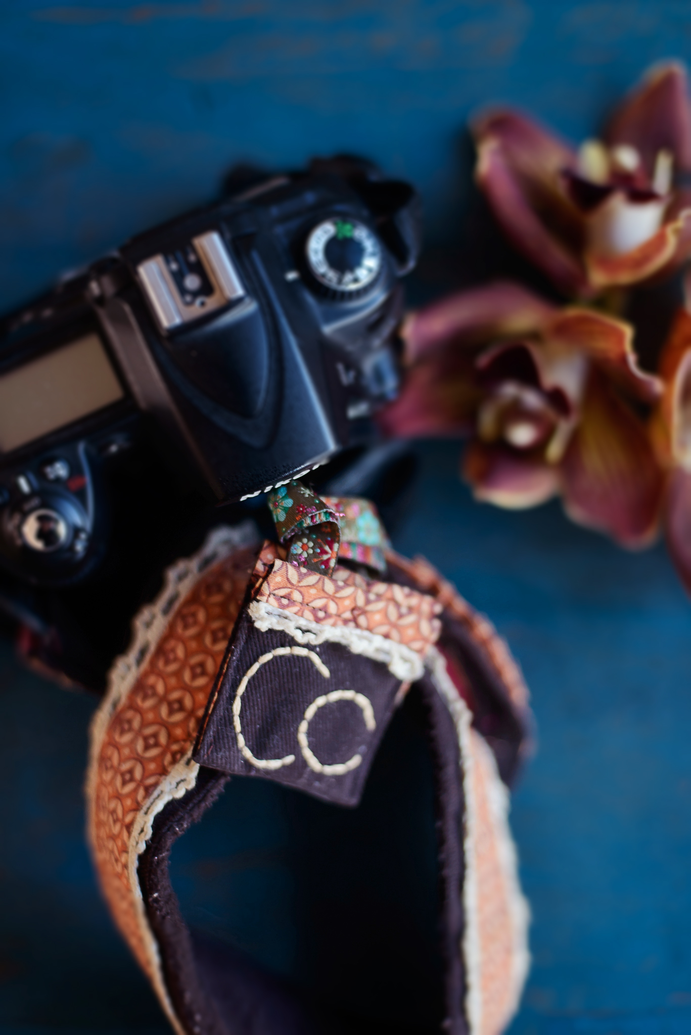 lifestyle-photographer-hills-district-camera-and-flowers-flatlay