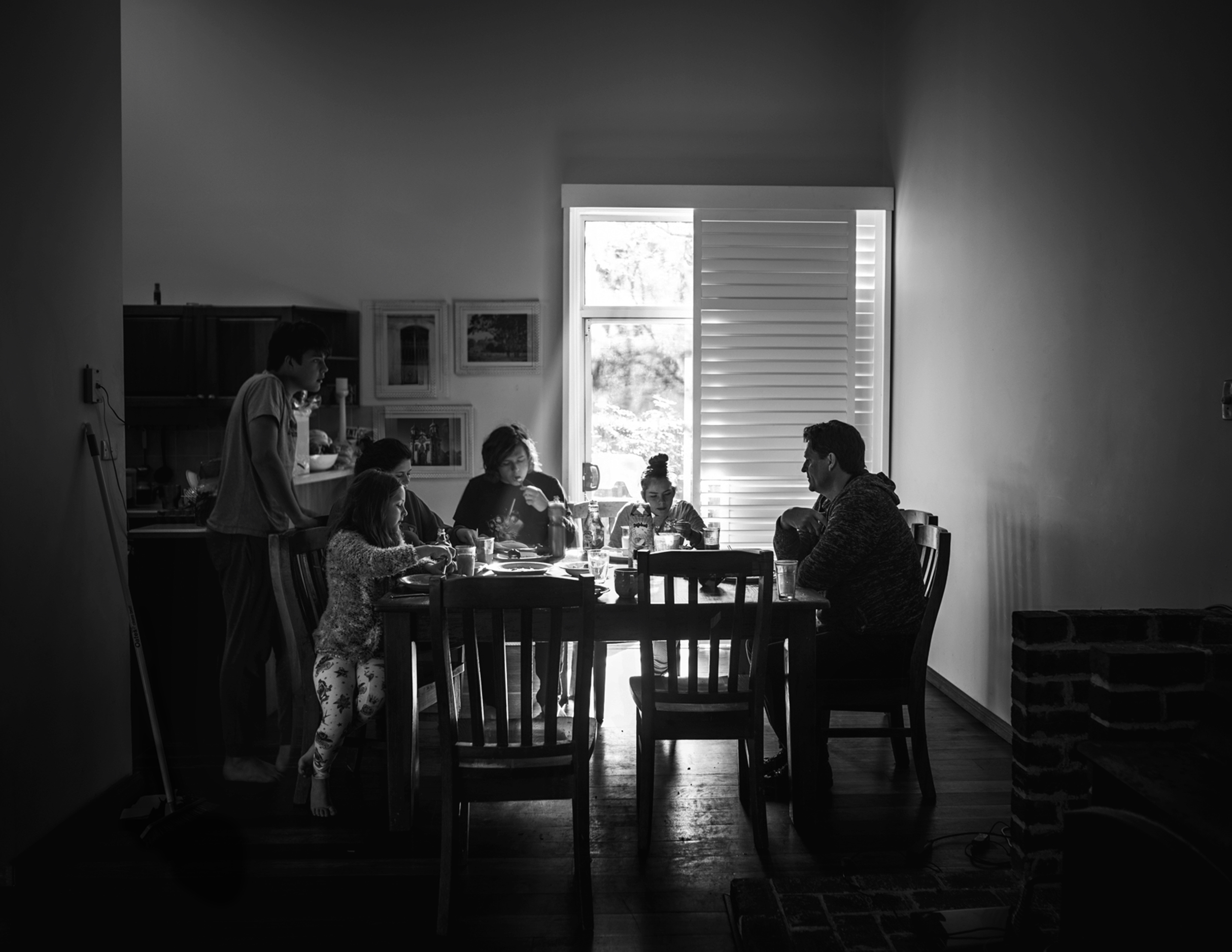 family eating breakfast at kitchen table by Sydney photographer, Cindy Cavanagh