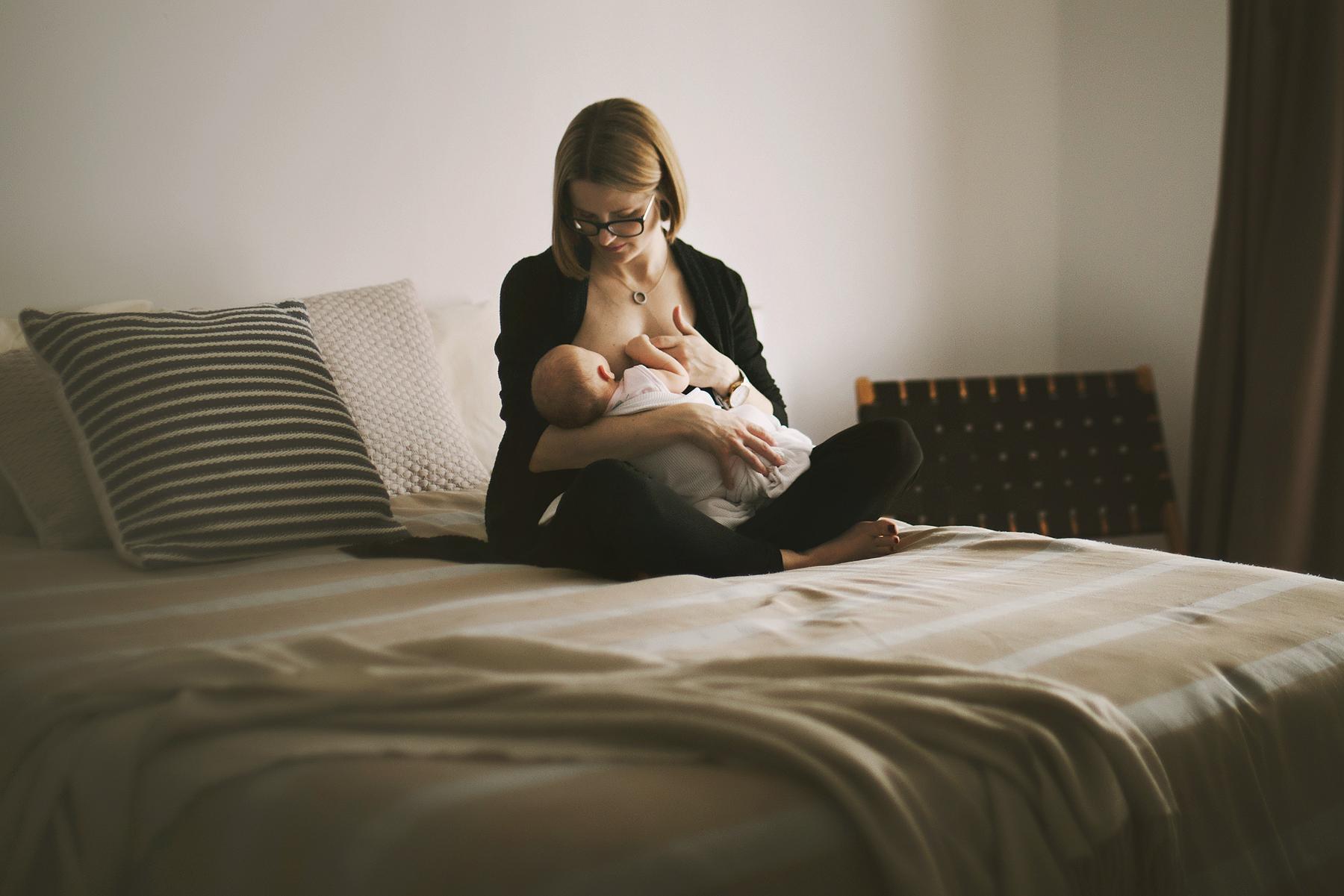 sydney-newborn-photograoher-a-mum-breastfeeds-her-baby-in-her-bedroom