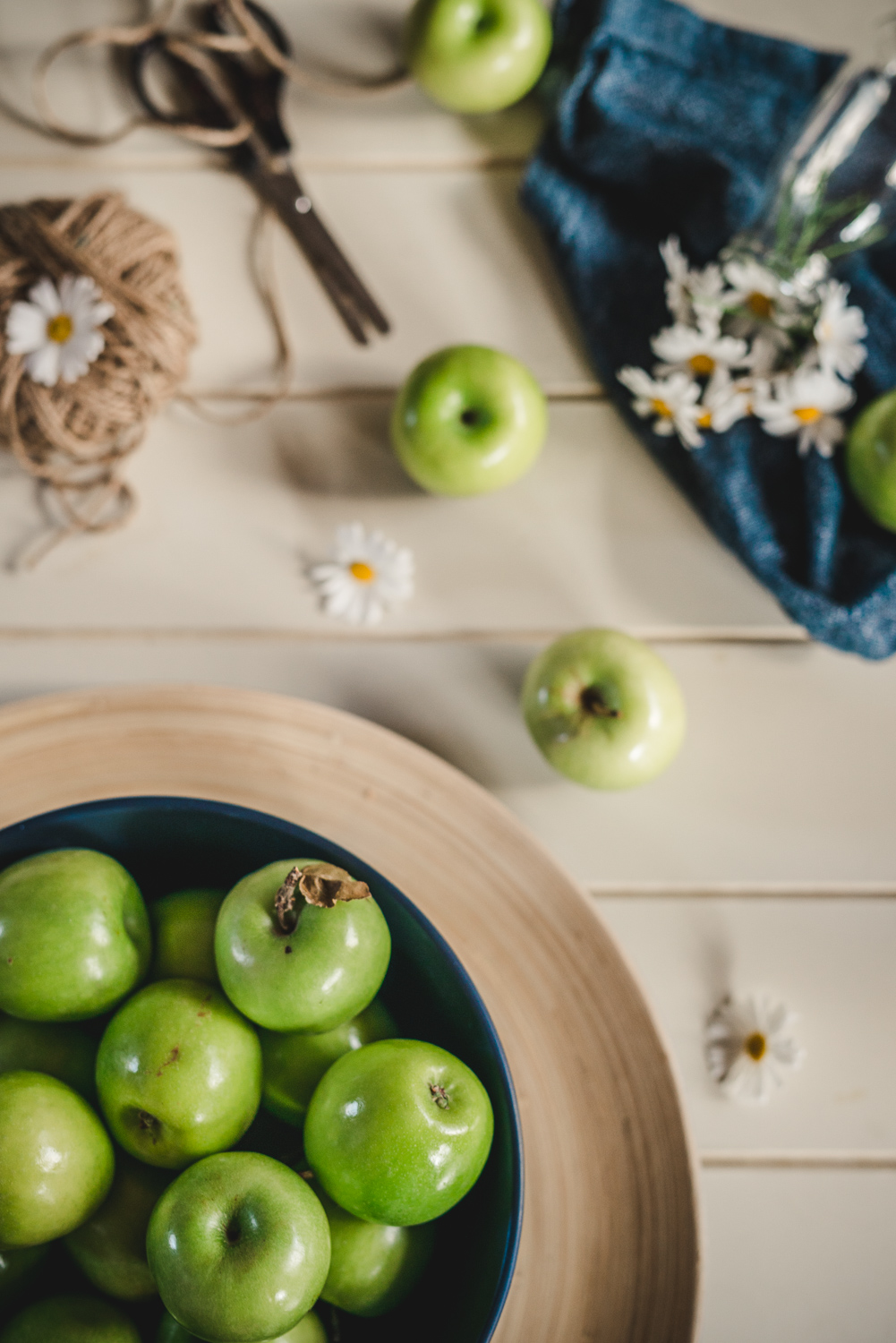 flatlay-photographer-sydney-apples-and-spring-flowers