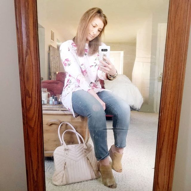 """Look who's antique mirror is still chillin in the living room. I've become a little more accepting of it....I mean, all these years I've totally been missing out on the old """"casually sitting on the coffee table before I leave mirror selfie"""" 😁😁😁 My top is sold out, but I've linked to some other cute florals in my prifile😘😘 #mirrorselfie #casuals"""