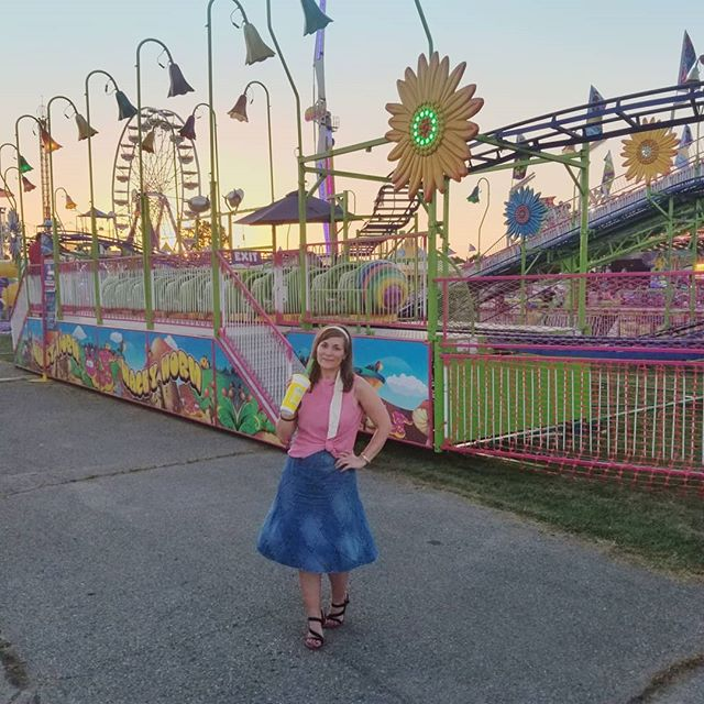 (#ad) The best way to end a day at the @portercofair? Strolling the Midway with a Lemon Shake-up! 🍋🍋🍋 Today's mission: hold alllllll the animals.🐴🐄🐖🐑🐐🐇🐓 I am so excited to have the opportunity to hang with the people from the heart of the fair, the 4-H'ers. I took a peak at some of the projects yesterday, and as you saw in stories, walked through the barns but today I'll be spending even more time in those areas. I happen to be a former 4-H gal so I know all the hard work that goes into their projects. Make sure you get out this summer to your local fair and if you're in or near Porter County, I hope to see you today! #PorterCountyFair #fairlife #summerfair . . . Skirt and sandals from @gordmans, tank from @hm