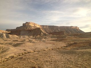 320px-Book_Cliffs_viewed_the_from_the_California_Zephyr_near_Green_River_in_Grand_County,_UT_(7).jpg