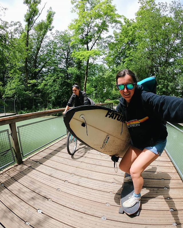 So.... @emzel95 and I went river surfing (or tried at least..) in Munich and we might have a vlog ready for you 😬 shot by us and edited by @jacopomaggia I can assure you it's harious 😅 so if you want to have a laugh on our expense, drop a line in the comments and I'll post it up for you guys tomorrow 🏄♀️ #gopro #munich #riversurfing #riversurfnobs