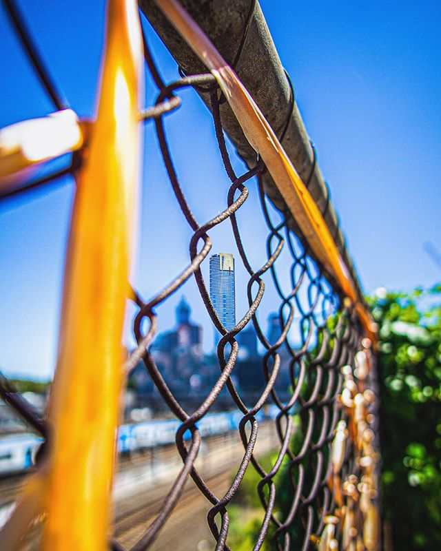 Been looking back through some photos from earlier in the year and here's another Melbourne based shot, looking through the fence @eureka_skydeck shining in the summer sky's ☀️ 🏙 • • • #melbourne #australia #summer @visitmelbourne @timeoutmelbourne #sonya6000 #focus #fence #throughthefence #colourful #city #eurekaskydeck #train #blur #samyang12mmf2 #citylife #melbourne_insta #outdoors #buildings #architecture
