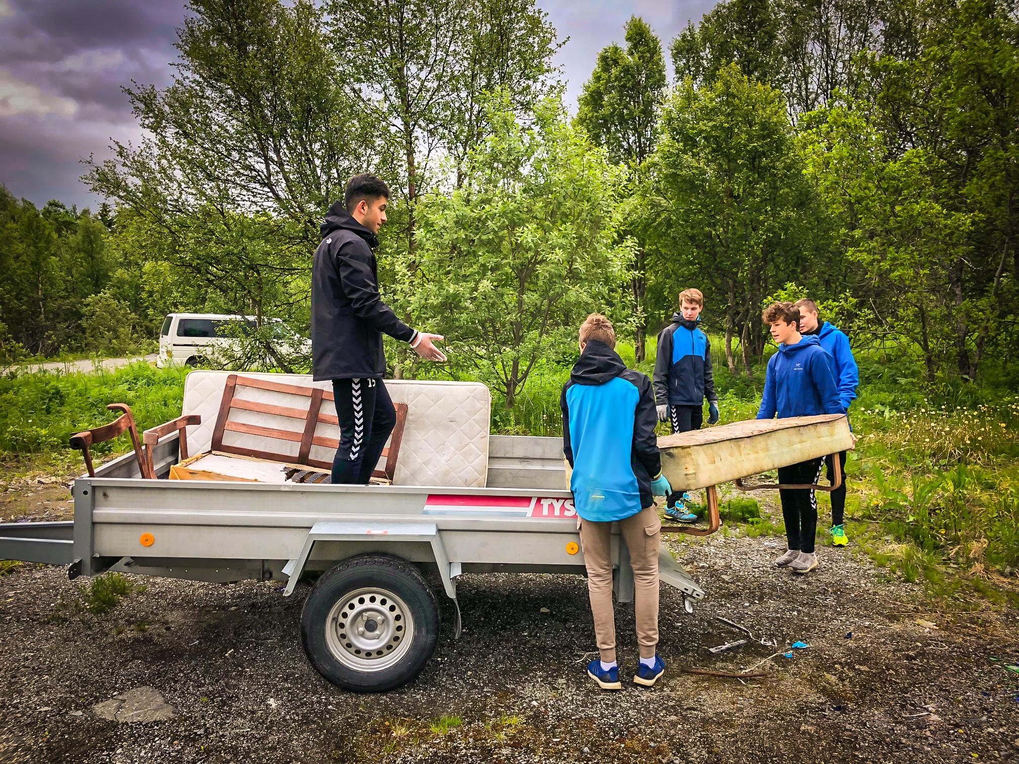 HJELP: Einerhagen sponser IF SKarp, og fikk sommeren 2018 hjelp fra disse Skarp-guttene til å rydde på området.
