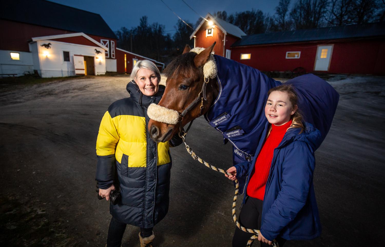 - GLEDE: Mamma Anne Grete synes det er fint å se gleden hestene og rideskolen gir datteren Annika.