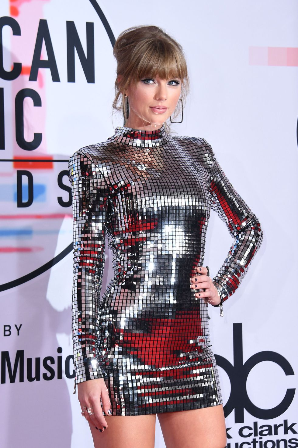 singer-taylor-swift-arrives-at-the-2018-american-music-news-photo-1048355220-1539123932.jpg