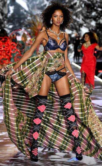 rs_634x1024-181108184616-634-2Aiden-Curtiss-victorias-secret-fashion-show.ls.11818.jpg